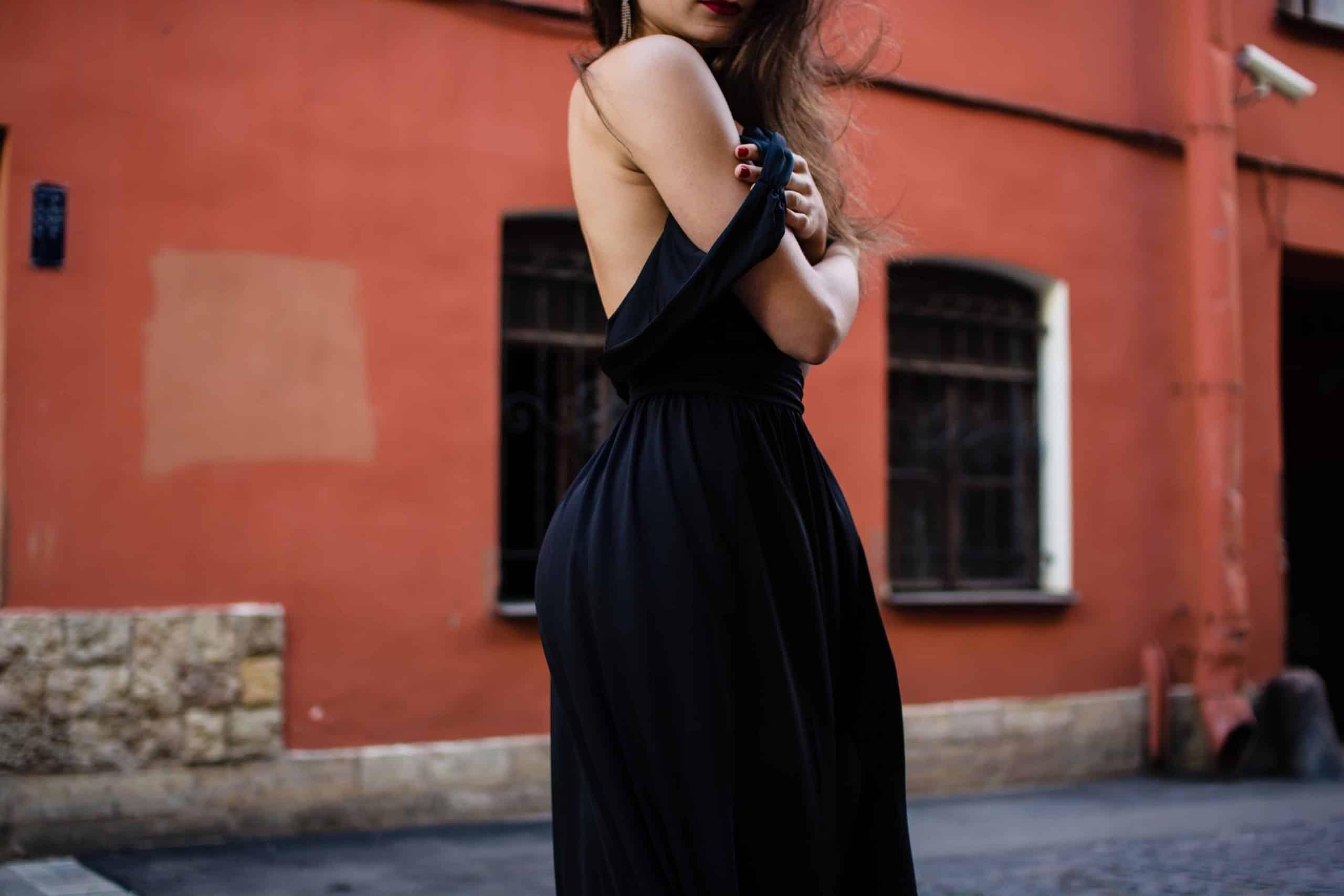 Quelle couleur de vernis avec une robe bleu roi ?